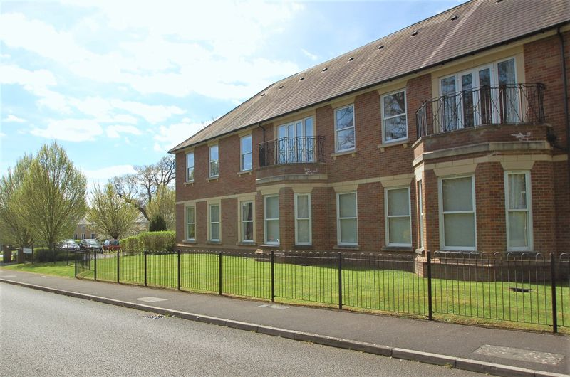 2 Bedrooms Flat for sale in Hazlemere