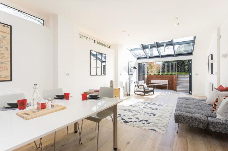 2 Bedrooms Flat for sale in Cromwell Avenue, Highgate Village, N6