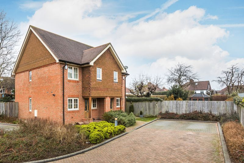2 Bedrooms Semi Detached House for sale in Eaton Place, Caterham