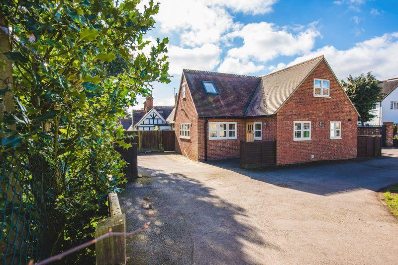 4 Bedrooms Semi Detached Bungalow for sale in Park Gardens, Bletchley, Milton Keynes