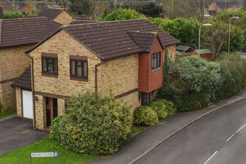 4 Bedrooms Detached House for sale in Walnut Close, Bicester