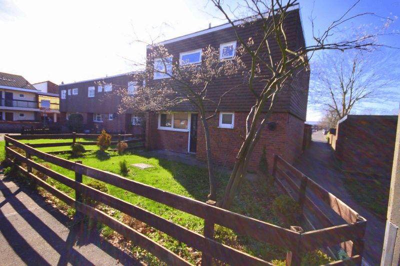 3 Bedrooms Terraced House for sale in Mallion Court, Waltham Abbey, EN9
