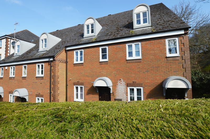 2 Bedrooms Flat for sale in Waterside Court, Alton, Hampshire