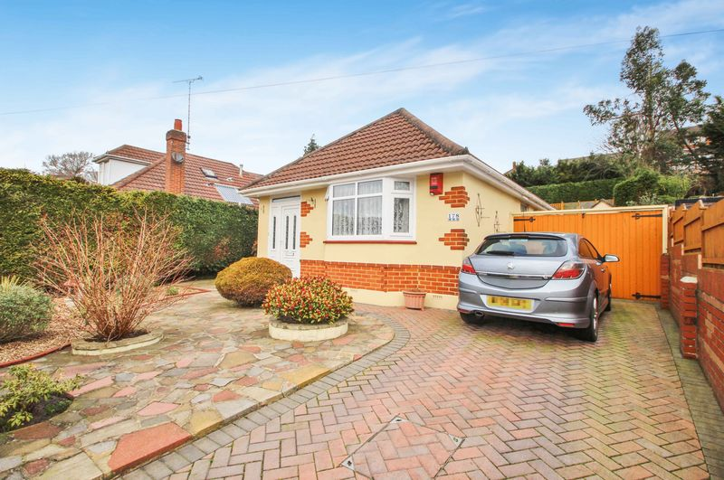 2 Bedrooms Detached Bungalow for sale in Howeth Road, Bournemouth