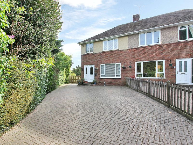 3 Bedrooms Semi Detached House for sale in Hackenden Close, East Grinstead