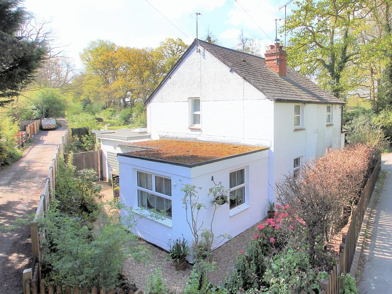 2 Bedrooms Semi Detached House for sale in Newchapel Road, Lingfield