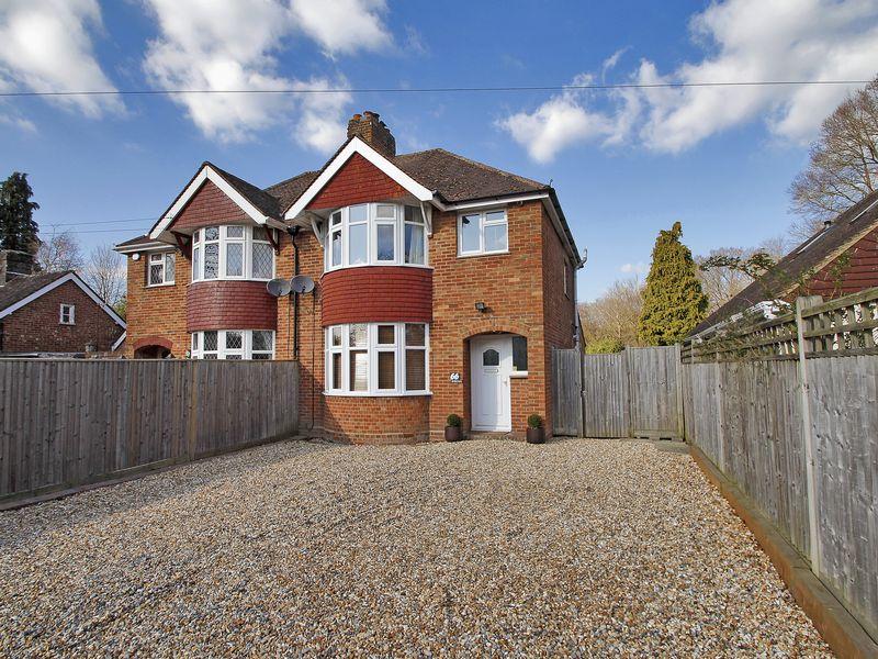 3 Bedrooms Semi Detached House for sale in Copthorne Road, Felbridge, Surrey