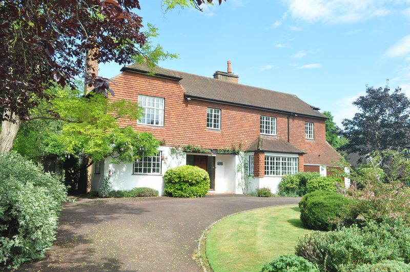 5 Bedrooms Detached House for sale in Rookery Hill, Ashtead