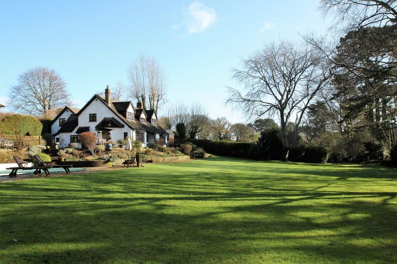 5 Bedrooms Detached House for sale in The Hangers - Bishops Waltham
