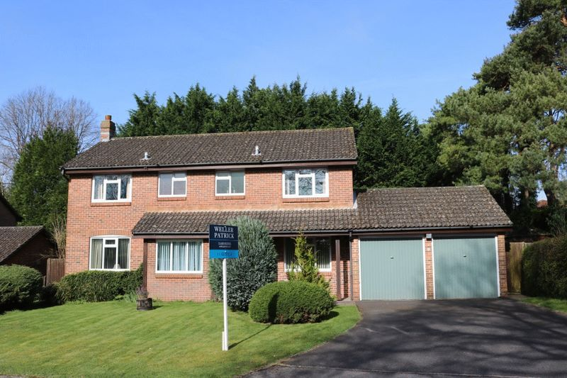 4 Bedrooms Detached House for sale in Bishops Waltham, Hall Close