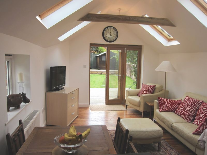 2 Bedrooms Semi Detached House for sale in Middle Hill, Englefield Green