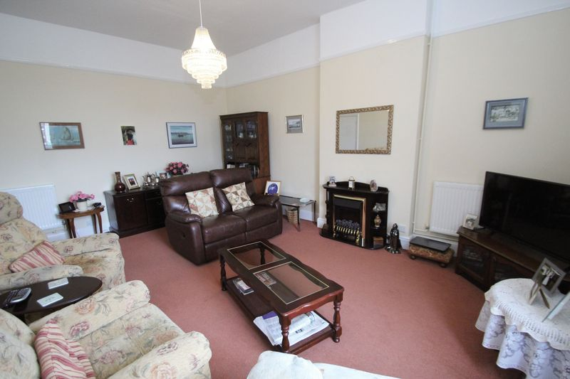 2 Bedrooms Flat for sale in High Street, Ryde