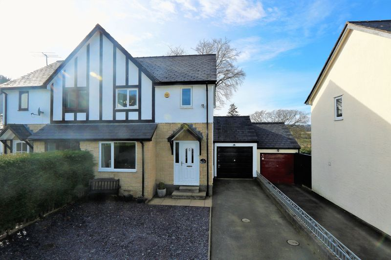 3 Bedrooms Semi Detached House for sale in Bryn Llywelyn, Corwen