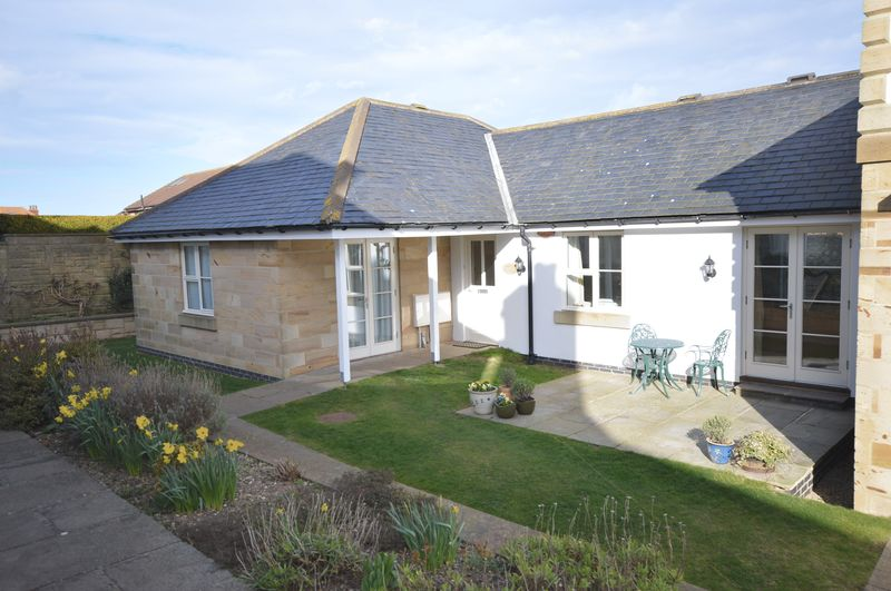 2 Bedrooms Bungalow for sale in Manor Close, Whitby
