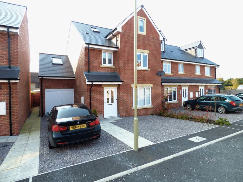 5 Bedrooms Detached House for sale in Yew Tree Close, Gloucester