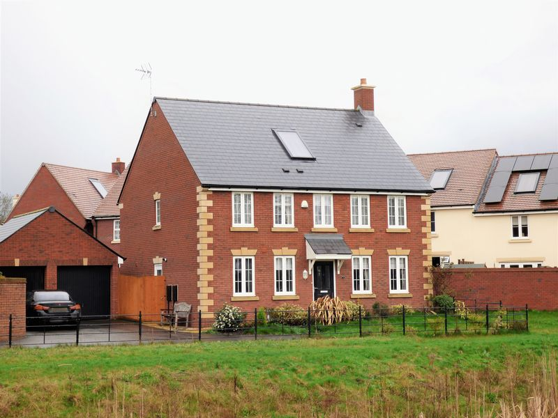 4 Bedrooms Detached House for sale in Shorn Brook Close, Gloucester