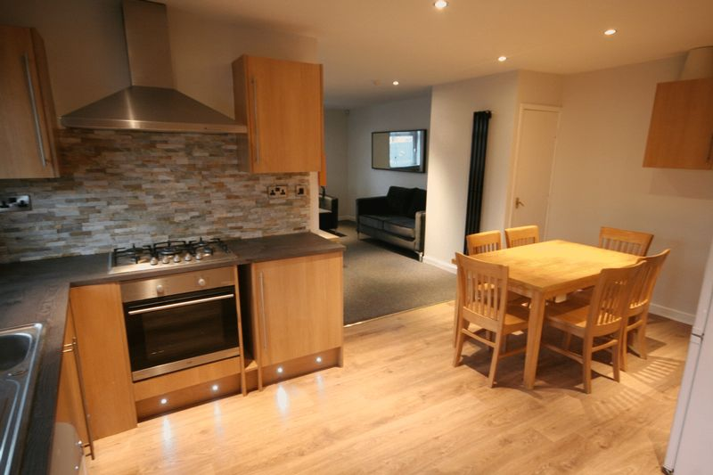 7 Bedrooms Terraced House for sale in Newport View, Leeds