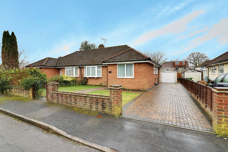 2 Bedrooms Semi Detached Bungalow for sale in Blenheim Road, Horndean, Waterlooville