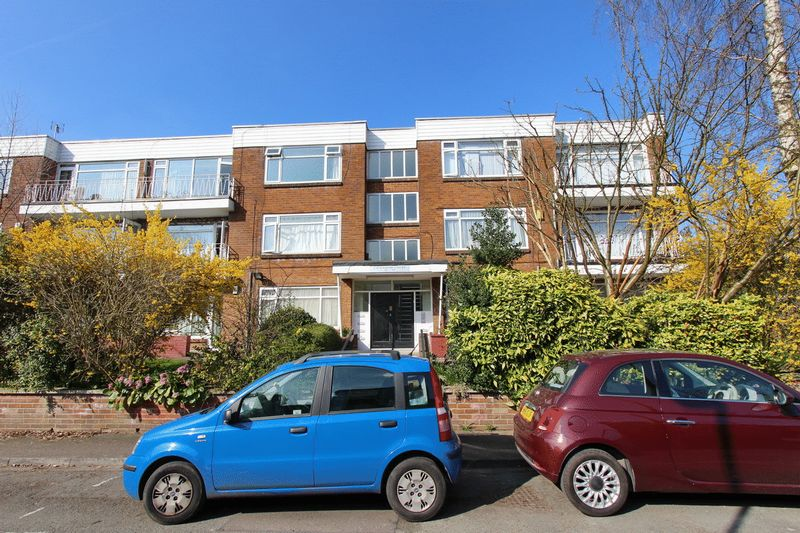 2 Bedrooms Flat for sale in Cavendish Court, Holden Road, Salford