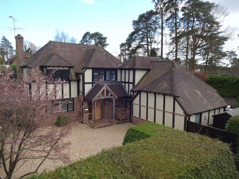 5 Bedrooms Detached House for sale in Carlton Road, Headley Down