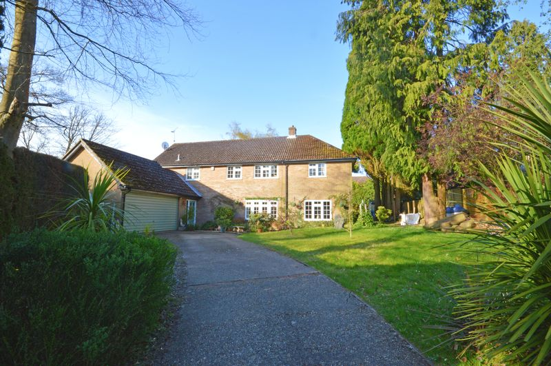 5 Bedrooms Detached House for sale in Gorselands Close, Headley Down