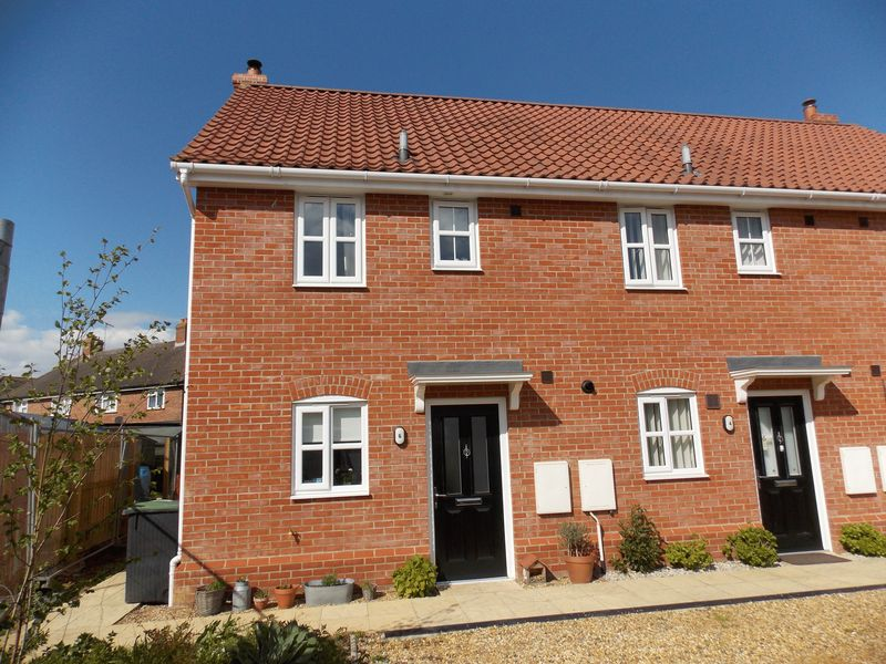2 Bedrooms Terraced House for sale in St Georges Close, Stowmarket