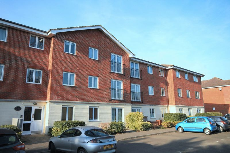 2 Bedrooms Flat for sale in Brookers Road, Billingshurst