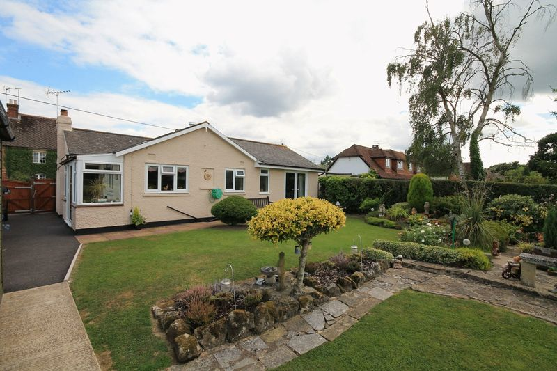 2 Bedrooms Detached Bungalow for sale in Durbans Road, Wisborough Green
