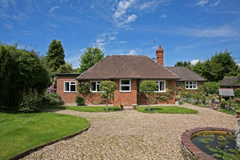4 Bedrooms Detached Bungalow for sale in London Road, Watersfield