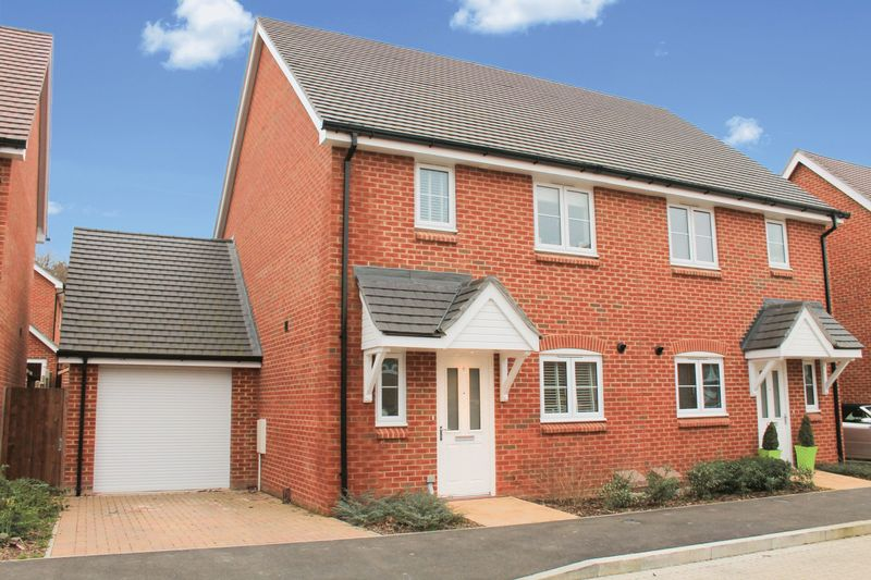3 Bedrooms Semi Detached House for sale in Field End, Billingshurst