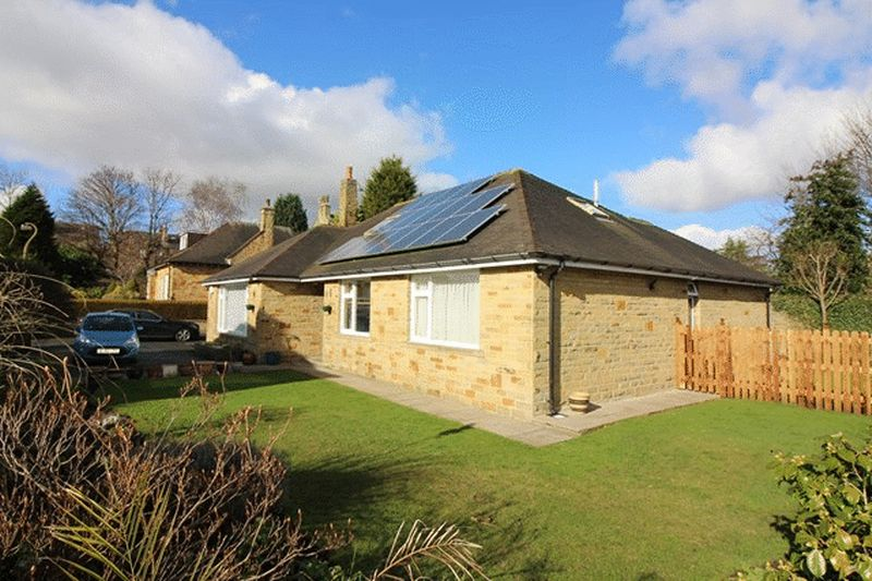 5 Bedrooms Detached House for sale in Manor Close, Savile Park, Halifax