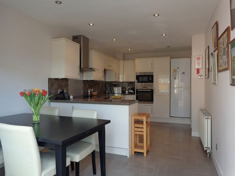 2 Bedrooms Terraced House for sale in 27 Broompark East, Menstrie