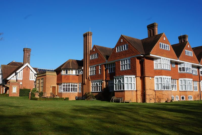 3 Bedrooms Flat for sale in Banstead