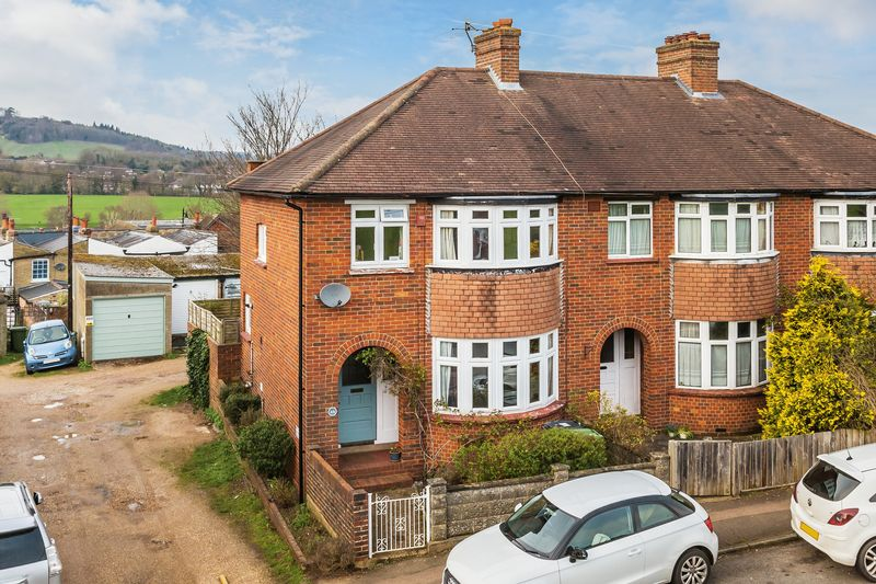 3 Bedrooms Semi Detached House for sale in Cotmandene, Dorking