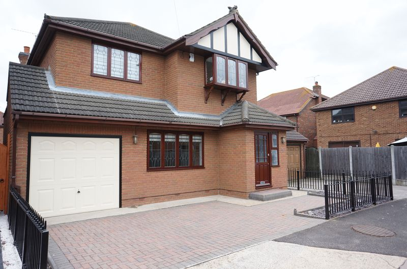 4 Bedrooms Detached House for sale in Derventer Avenue, Canvey Island