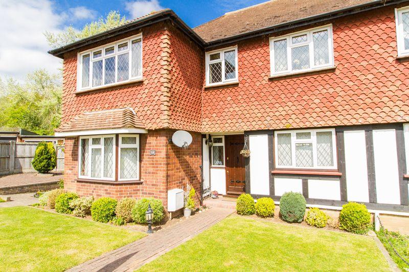 2 Bedrooms Maisonette Flat for sale in Warren Court, Chigwell