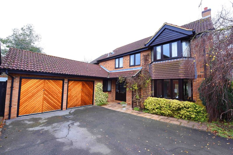 5 Bedrooms Detached House for sale in Foxborough Swallowfield