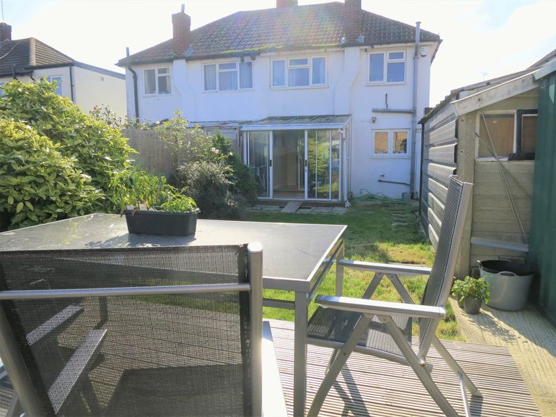 3 Bedrooms Semi Detached House for sale in Lodge Way, Shepperton