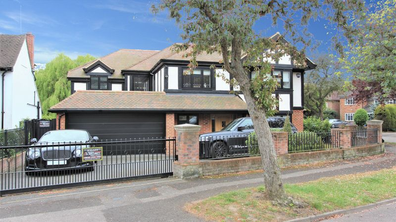 5 Bedrooms Detached House for sale in Broadstrood, Loughton