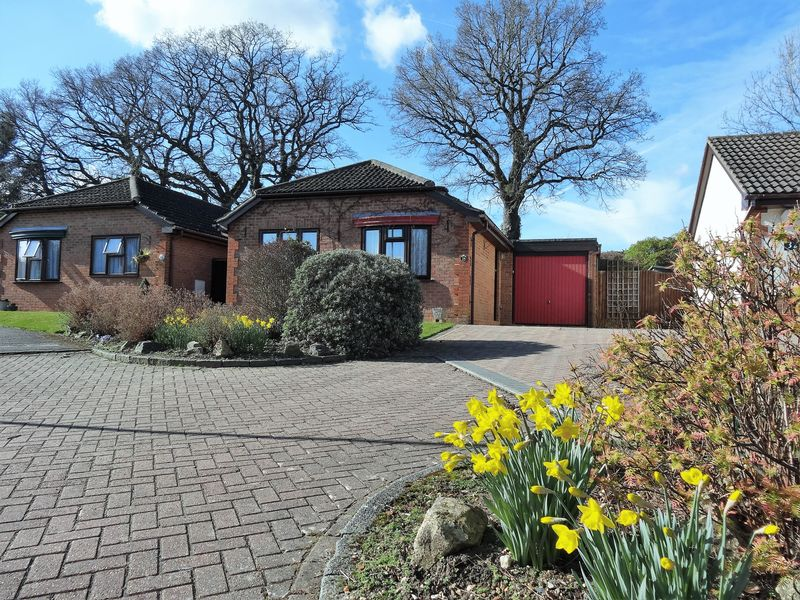 2 Bedrooms Detached Bungalow for sale in Copse Edge, Cranleigh