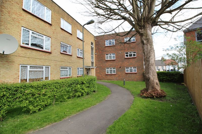 3 Bedrooms Flat for sale in COULSDON ROAD, CATERHAM ON THE HILL