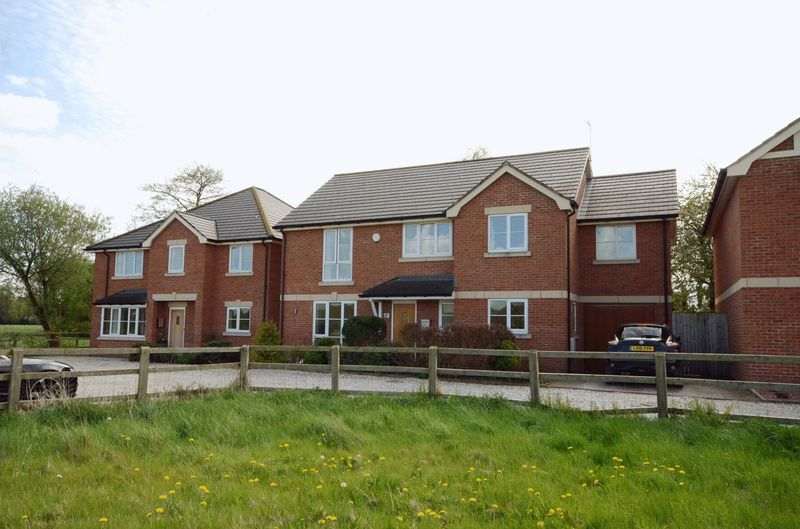 5 Bedrooms Detached House for sale in Mill Brook Close, Lavister, Wrexham
