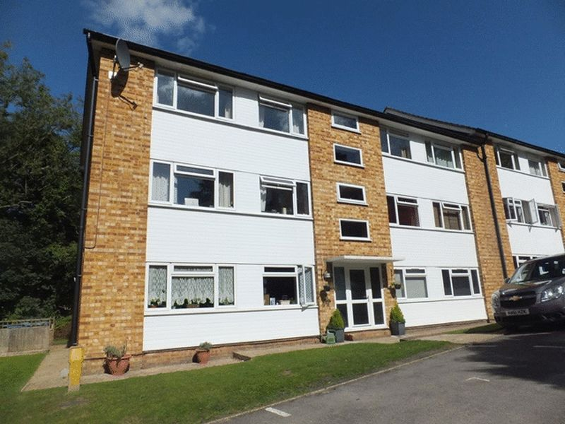 2 Bedrooms Flat for sale in Tupwood Lane, CATERHAM, Surrey