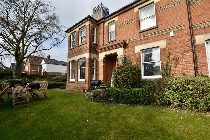 2 Bedrooms Flat for sale in Westfield Gardens, Dorking