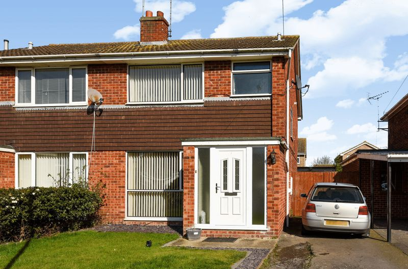3 Bedrooms Semi Detached House for sale in Cromwell Way, Sawtry