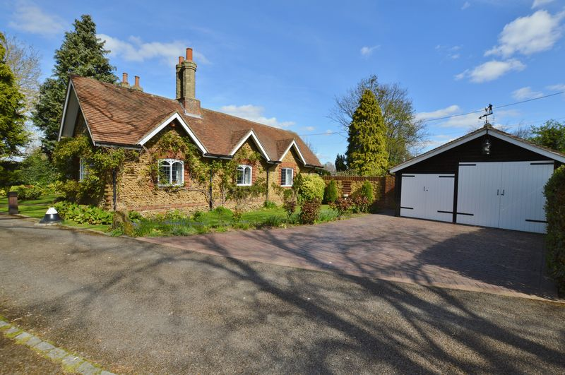 3 Bedrooms Detached Bungalow for sale in Summers Road, Godalming