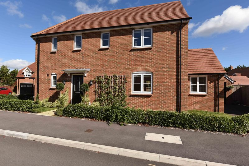 4 Bedrooms Detached House for sale in Harrow Drive Headley