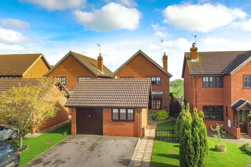 4 Bedrooms Detached House for sale in Knolls View, Northall