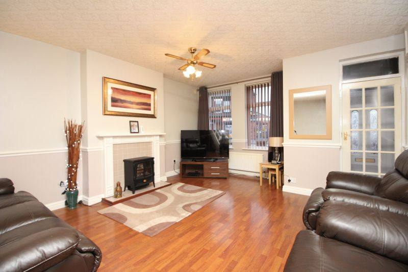 3 Bedrooms Semi Detached House for sale in Tootal Drive, Salford M5