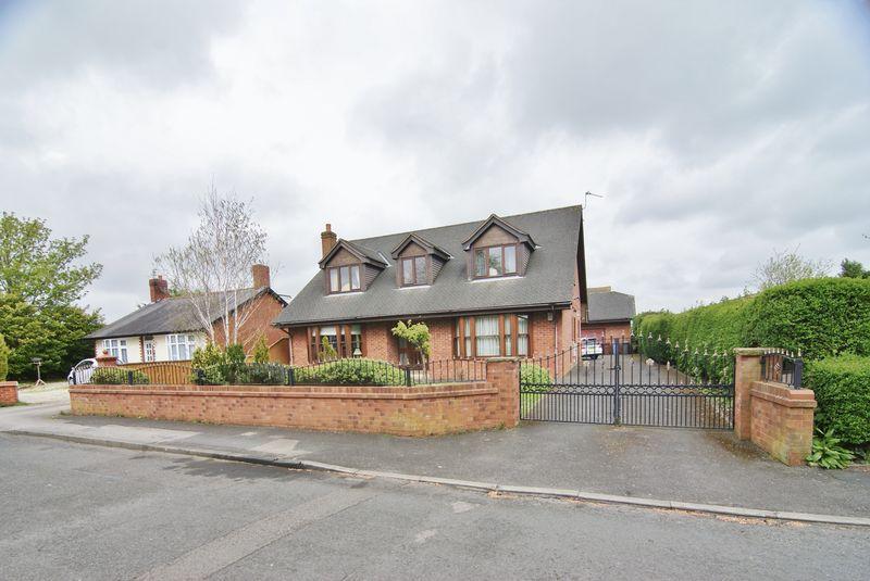 5 Bedrooms Detached Bungalow for sale in Naze Lane, Freckleton, PR4 1RH